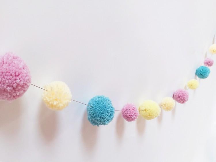 DIY_guirlande_de_pompons_aux_couleurs_pastels_par_Quartier_CreatiV